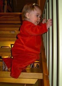 Hur lätt är det inte att vi hindrar barnets naturliga behov av utveckling genom att hindra det från att utforska trappan?