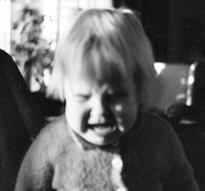 Förtvivlad lite tjej som uttrycker sina känslor - en förmåga vi alla kan lära oss av!