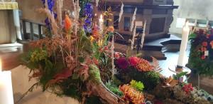 Mammas kista smyckades i höstens färger, med både döda och levande växter.
